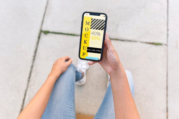 Młoda Kobieta Sprawdza Jej Makietę Telefonu Darmowe Psd