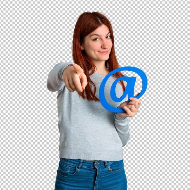 Młoda rudzielec dziewczyny mienia ikona przy kropki com Premium Psd
