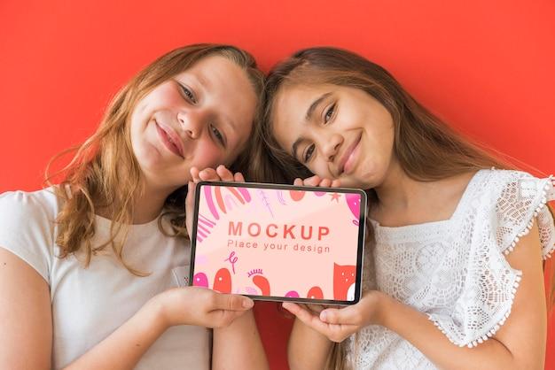 Młode Dziewczyny Trzymając Telefon Z Makietą Darmowe Psd