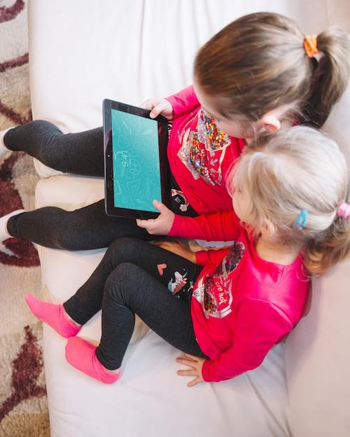 Młode dziewczyny za pomocą tabletu Darmowe Psd
