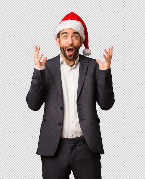 Młody Biznesowy Mężczyzna Jest Ubranym Santa Kapelusz świętuje Zwycięstwo Lub Sukces Premium Psd