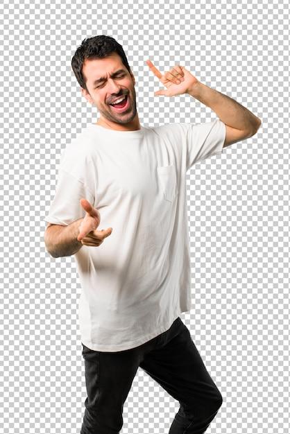 Młody człowiek z białą koszulę cieszyć się tańcem podczas słuchania muzyki na imprezie Premium Psd