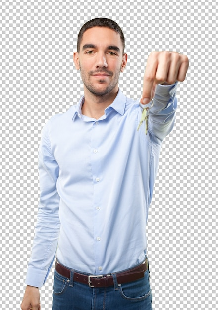 Młody mężczyzna trzyma klucze Premium Psd