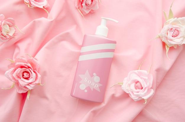 Mydlana Butelka Na Różowym Tkaniny Tle Darmowe Psd