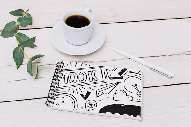 Notatnik makieta z kawą Darmowe Psd