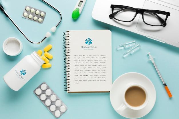 Notatnik Na Medycznym Biurku Z Kawą Darmowe Psd