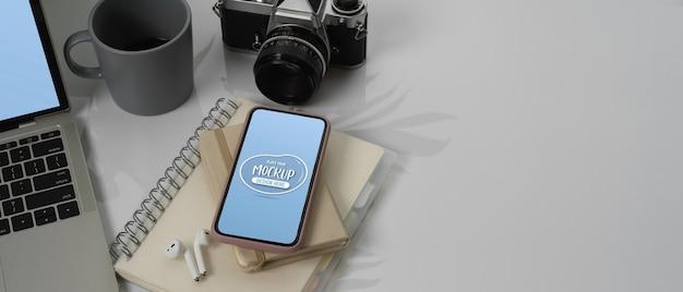 Obszar Roboczy Z Makietą Smartfona, Laptopa Obok Notebooków Premium Psd