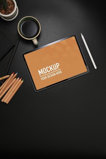 Obszar Roboczy Z Makietą Tabletu, Kredkami I Filiżanką Kawy Premium Psd