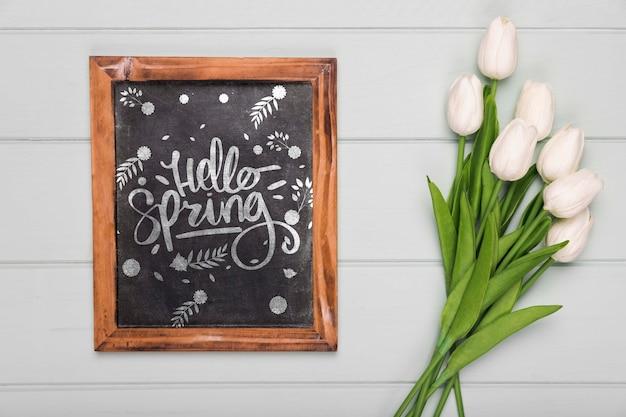 Odgórny Widok Tulipanu Bukiet Z Blackboard Darmowe Psd