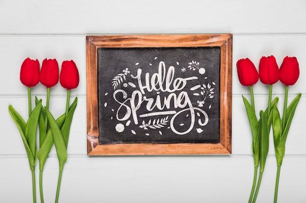 Odgórny Widok Wiosny Czerwoni Tulipany I Blackboard Darmowe Psd