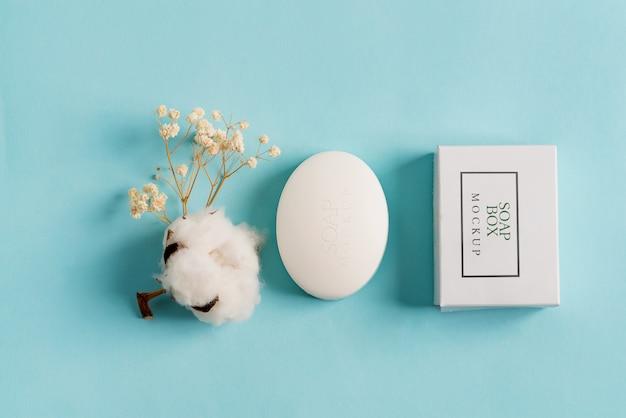 Opakowanie Na Mydło Box Mock-up Pakiet I Mydło W Kostce Na Białym Tle Na Niebieskim Tle Premium Psd