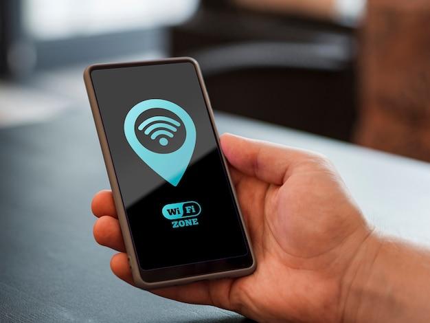 Osoba trzymająca telefon z połączeniem 5g Darmowe Psd