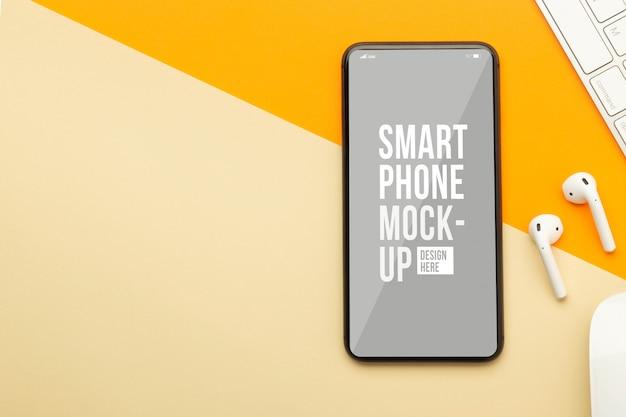 Płaski Układ, Widok Z Góry Pomarańczowego Biurka Na Biurko Z Szablonem Makiety Ekranu Smartfona Do Projektowania Premium Psd
