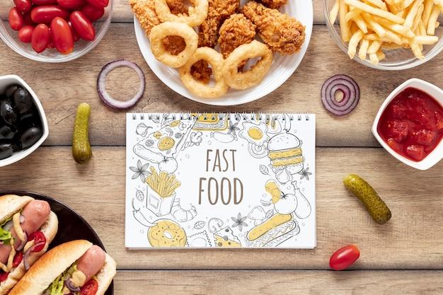 Płaskie Ukształtowanie Pyszne Fast Food Na Drewnianym Stole Darmowe Psd