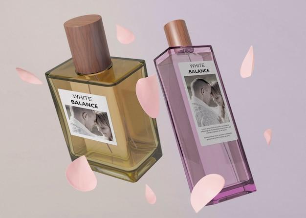 Płatki I Butelki Perfum Na Stole Darmowe Psd