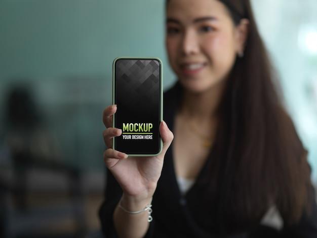 Portret Kobiety W Czarnym Garniturze Ręki Trzymającej Smartfon, Aby Pokazać Makiety Ekranu Premium Psd