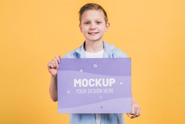 Portret Młodego Chłopca Posiadającego Makiety Znak Premium Psd