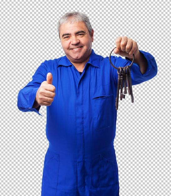 Portret ślusarz trzyma starą wiązkę kluczy Premium Psd