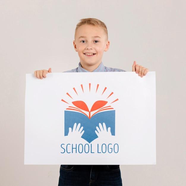 Portret Szczęśliwy Chłopiec Trzyma Znak Makiety Darmowe Psd
