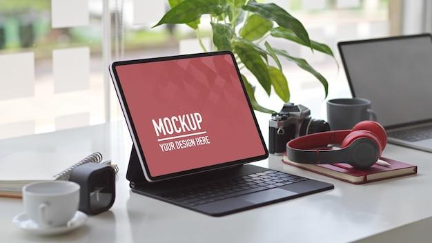 Przycięte Ujęcie Obszaru Roboczego Z Makietą Tabletu, Laptopa, Słuchawek, Aparatu I Materiałów Eksploatacyjnych Premium Psd