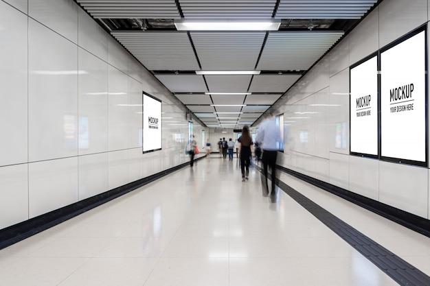 Pusty billboard umieszczony w podziemnej hali lub metrze na reklamę, makieta, migawka o niskiej prędkości Premium Psd