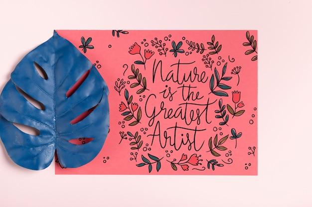 Realistyczne malowane liść obok papieru z komunikatem Darmowe Psd
