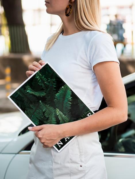 Ręce Trzyma Magazyn Przyrody Obok Samochodu Darmowe Psd