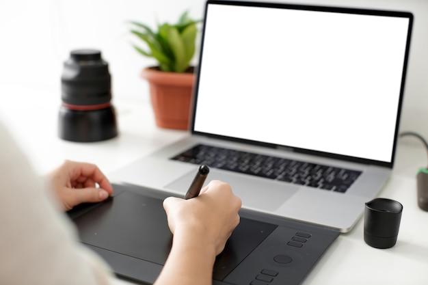 Retuszowanie Na Komputerze Przenośnym Za Pomocą Cyfrowego Tabletu I Rysika. Premium Psd