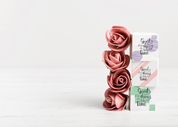 Róże i kolorowe bloki z miejsca kopiowania Darmowe Psd