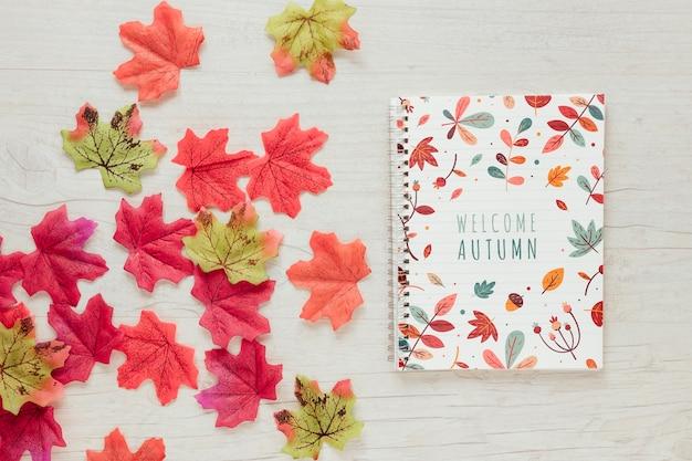 Różowe i zielone liście z notatnika Darmowe Psd