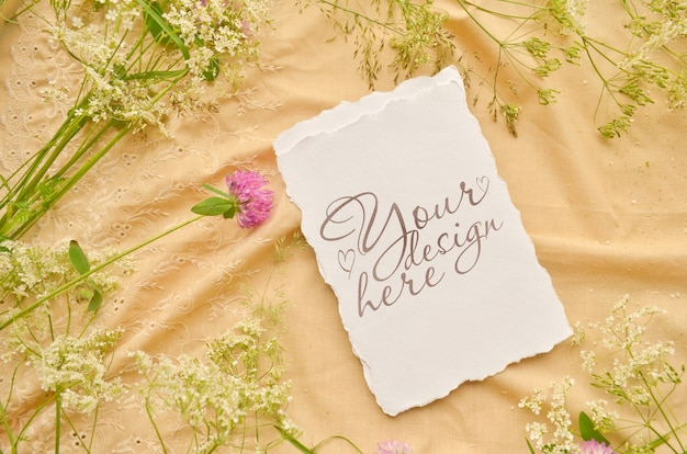Ślubne mieszkanie leżało z kartą papieru i dzikich kwiatów Premium Psd