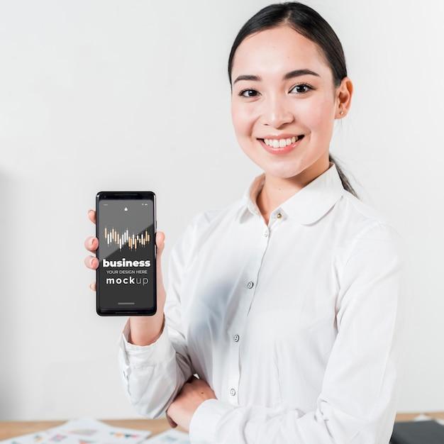 Średnio Strzał Kobieta Trzyma Smartfon Darmowe Psd