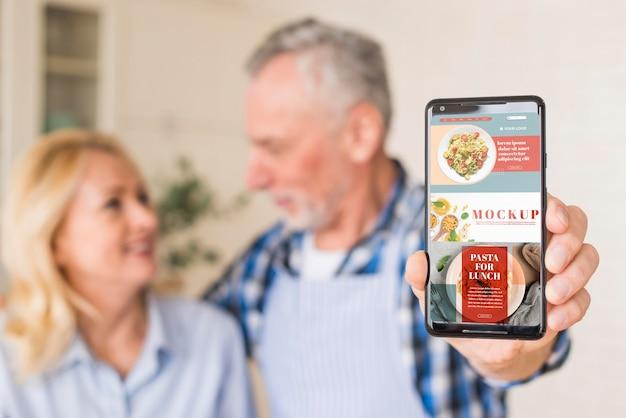 Starszy Para W Kuchni Trzymając Telefon Makiety Darmowe Psd