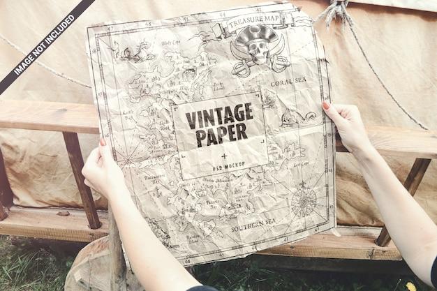 Stary Papier W Ręce Mapę Makieta Koncepcja Plakat Premium Psd