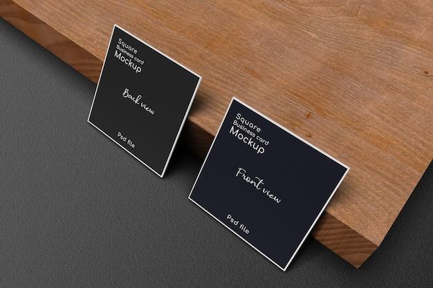 Stojący Kwadratowy Makieta Wizytówki Na Drewnianej Desce Premium Psd