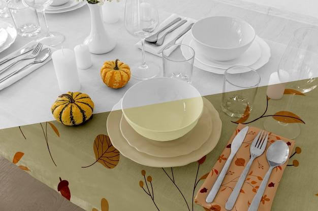 Stół Obiadowy Na święto Dziękczynienia Ze Sztućcami I Szklankami Premium Psd