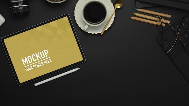 Stół Roboczy Z Tabletem, Rysikiem, Filiżanką Kawy, Makietą Materiałów Eksploatacyjnych Premium Psd