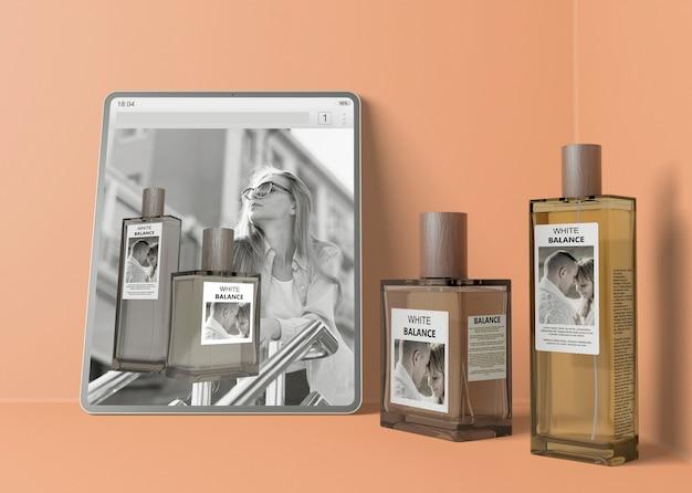 Strona Internetowa Z Perfumami Obok Butelek Perfum Darmowe Psd