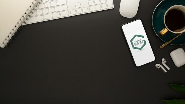Stylowe Miejsce Do Pracy Z Makietą Smartfona, Materiałami Biurowymi I Filiżanką Kawy Premium Psd