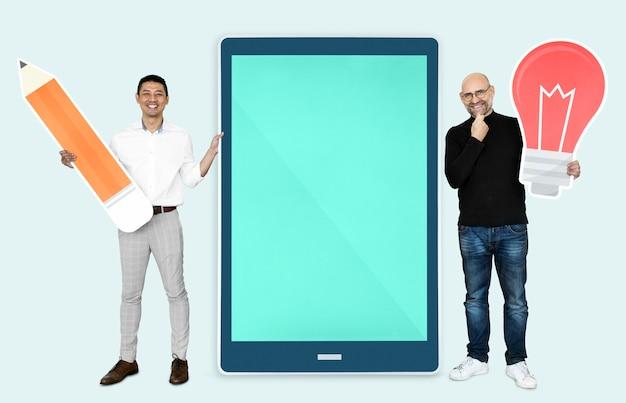 Szczęśliwi mężczyźni z innowacyjnymi pomysłami Premium Psd