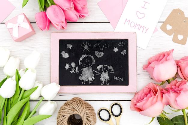 Szczęśliwy Dzień Matki Z Tablica I Kwiaty Darmowe Psd
