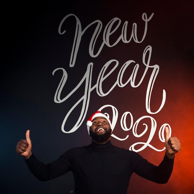 Szczęśliwy Mężczyzna Pokazuje Aprobaty I Nowego Roku 2020 Tło Darmowe Psd