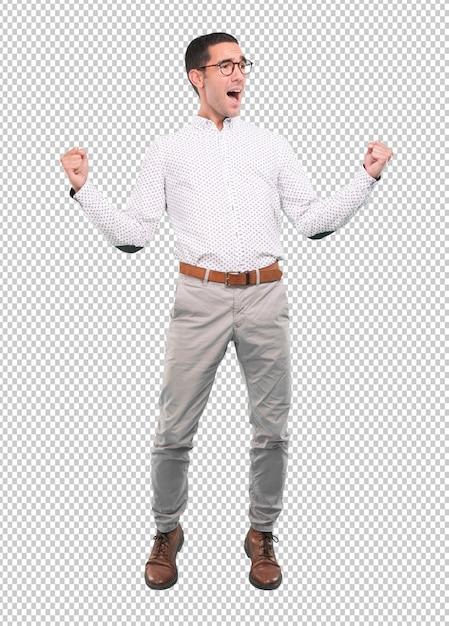 Szczęśliwy młody człowiek świętuje z jego pięściami w górę - pełny ciało strzał Premium Psd
