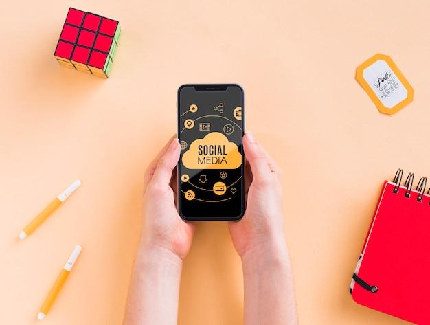 Telefon Na Biurku Obok Kostki Rubika Darmowe Psd