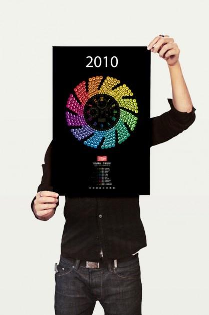 Trzyma plakat. chłopiec pokazać projekt. Darmowe Psd