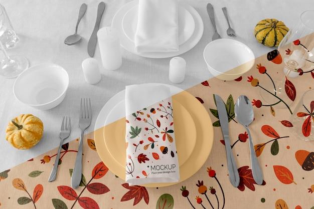 Układ Stołu Obiadowego Na święto Dziękczynienia Z Serwetką Na Talerzach I Sztućcach Premium Psd