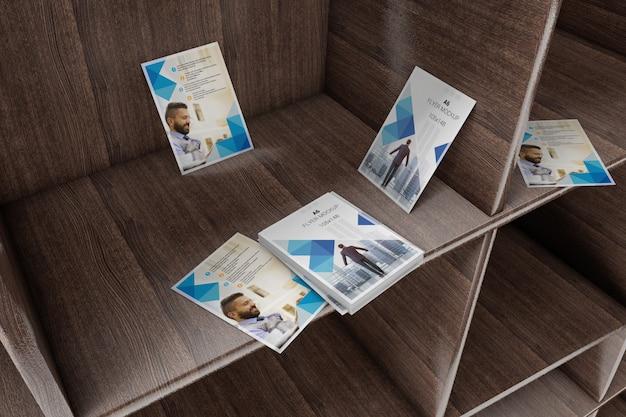 Ulotki na drewnianym półce makieta Premium Psd