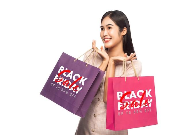 Uśmiechnięta Kobieta Trzyma Torby Na Zakupy Z Makietą Kampanii Czarny Piątek Premium Psd