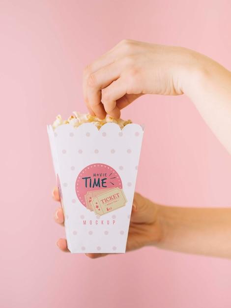 Widok Z Boku Rąk Jeść Popcorn Darmowe Psd
