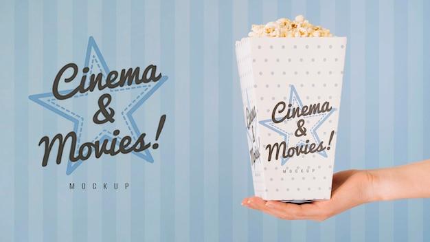 Widok Z Boku Ręki Trzymającej Filiżankę Popcornu Darmowe Psd